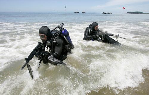 昨日,韩国军方在首尔附近进行军演前的操练。