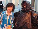 非洲兄弟穿垃圾袋雨衣