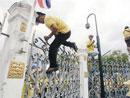 抗议者翻过政府大门