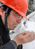 电力工人风餐露宿渴饮雪
