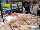 市民在超市里选购禽产品