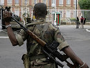 反对派的武装部队士兵在总统府外警戒