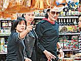 组图:72岁谢贤搂小女友买海鲜