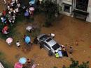 市民抢救困在水中的汽车