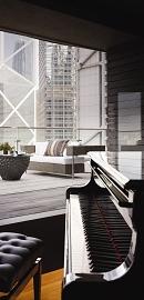 Harbourside内的小型三角钢琴