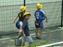 带安全帽的小学生