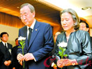 联合国秘书长潘基文和妻子来到临时灵堂献花