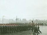 1956年国庆阅兵仪式在雨中进行