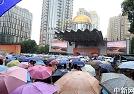 游客冒雨观阅兵转播