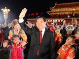 胡锦涛来到群众中间