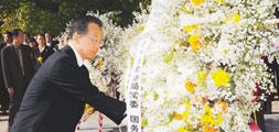温家宝在朝鲜凭吊中国人民志愿军烈士