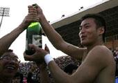 季俊高举庆功香槟
