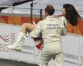 赛车女郎遭强抱