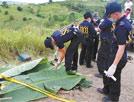 调查人员提取遇害人质的指纹