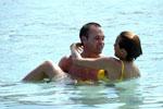 小白与女友戏水