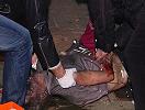 护理人员在救治伤者