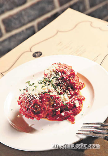 家乡秘制牛肉丸:质感像中式牛肉球,混入酸甜的香草番茄酱, 非常之开胃。
