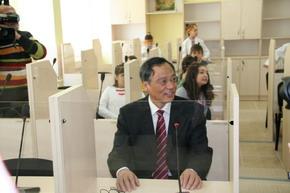 张大使和孩子们体验新教室