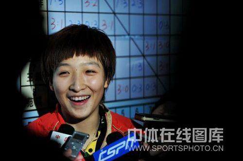 刘诗雯接受采访笑容灿烂