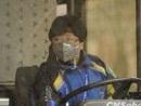 一位公交车司机戴上防尘口罩