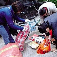 志愿者上门回收垃圾