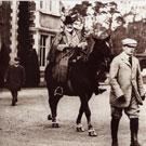 身穿Aquascutum大褛的英皇爱德华七世,于苏格兰巴尔莫拉区之策骑英姿。