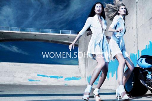 作为中国超模军团中的顶尖力量,刘雯的表现一次又一次次带给我们惊喜。09年3月刘雯作为一匹黑马,闯入从全球超模TOP 50排行榜,拿到第44名的优秀成绩,2010年3月的秋冬时装周一过,她更一举跃升到第20名,随后从为美国顶级时尚精品店波道夫-古德曼 (Bergdorf Goodman) 拍摄了新品目录,到为CK (Calvin Klein)、雅诗兰黛 (Estee Lauder) 做广告面孔,刘雯获得越来越多重要的代言,刘雯如今的排名已经攀升至第14位(早在之前有杜鹃打头阵,2008年入榜,取得最好名次是