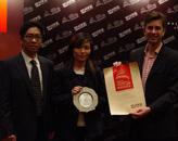 中路集团董事长陈荣(左一)为Hard Rock Hotel颁奖