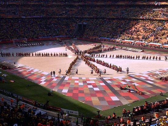 赵牧:我没见过比南非更热烈的赛场,几乎什么也听不清。头上有直升机盘旋。球场中出现了一只大屎克郎推则足球。。。