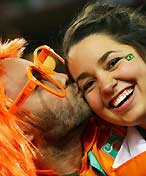 猛男肆意强吻巴西美女