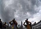 记者在广州珠江边拍摄乌云密布的广州市区