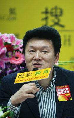 语文出版社社长 前教育部新闻发言人王旭明先生 任搜狐教育《圆桌星期二》——2010教育年度新闻人物主题论坛嘉宾主持人