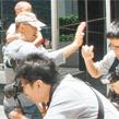 姜文携家人现身香港 护孩心切与媒体起冲突
