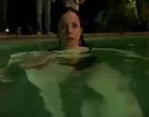 《单身毒妈》泳池减压