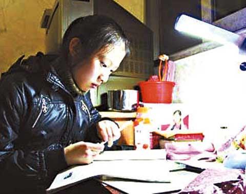 夏娟,一名12岁的初二女生,在发现大火时没有选择独自逃生,而是逐一拍开邻居的门,至少15名居民因此而幸免于难。
