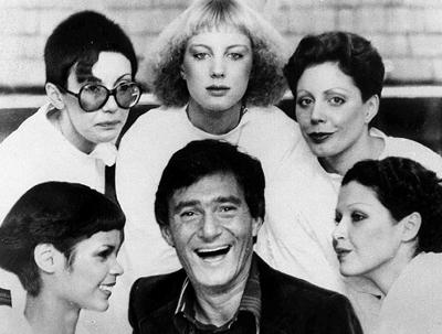 1976年 伦敦 被模特围绕的维达 沙宣展示他的新发型 高清图片