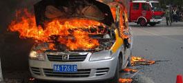 正在起火燃烧中的众泰朗悦纯电动出租车
