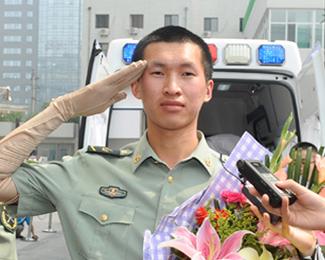 标准敬军礼�_高铁成军姿挺拔,举起戴着防疤手套的胳膊,敬了一个标准的军礼,向所有