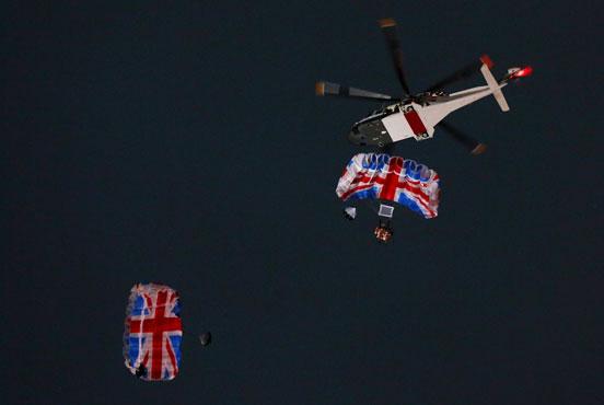 007和英国女王从直升飞机空降