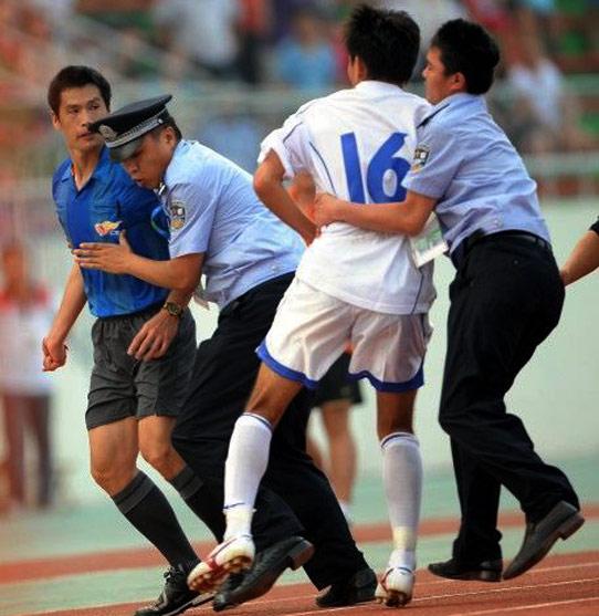 全运会上,天津男足队员追打裁判