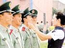 达沃斯执勤民警进行微笑训练