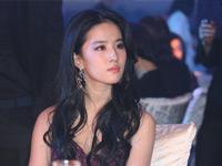 刘亦菲礼服出席晚宴偷拽裙角