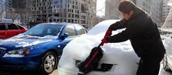 清理车身积雪