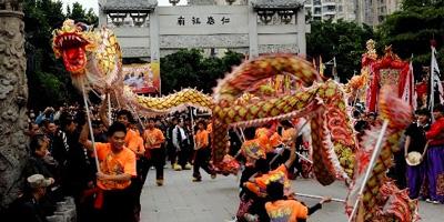 广州:看花、舞龙乐趣不少
