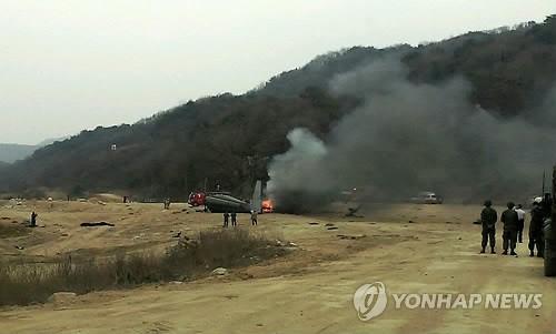 坠落直升机起火,韩国消防员灭火。
