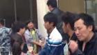 四川芦山灾民排长队领取救灾物品