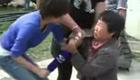 女性灾民讲述灾情当场向记者下跪