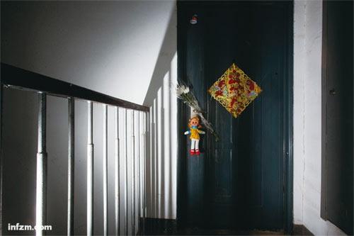 悲剧发生的503室,大门已经紧闭多日,有市民在门上挂了玩偶和菊花,以示哀悼。 (宋峤/图)