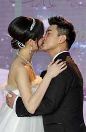 两人亲吻瞬间