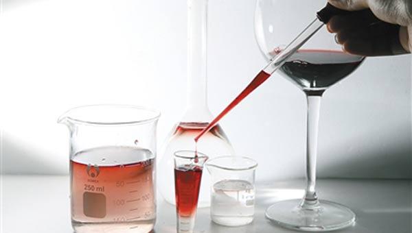 据悉,国外质量监控从葡萄生产到木桶酒塞都可监管,保证各个环节葡萄酒